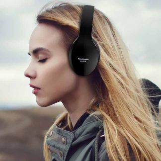 femme ecoutant la musique avec son casque bluetooth