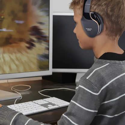 enfant regardant une video youtube avec casque bluetooth de jeu
